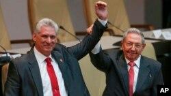 က်ဴးဘားသမၼတသစ္ Maguel Diaz Canel နဲ႔ သမၼတေဟာင္း Raul Castro။ (ဧၿပီလ ၁၉-၂၀၁၈)
