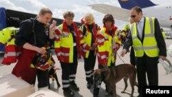 德国民间国际搜救组织带着搜救犬在法兰克福机场准备登机前往尼泊尔。(2015年4月26日)