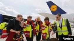 تیمی از امدادگران آلمانی در فرودگاه فرانکفورت آماده اعزام به نپال می شوند