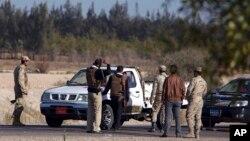 이집트 시나이반도 북부에서 군인들이 차량을 검문하고 있다. (자료사진)