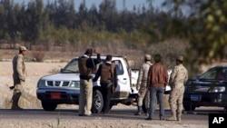 지난해 1월 이집트 시나이 북부 엘아리시에서 군인들이 차량을 검문하고 있다. 시나이에서는 최근 이슬람 반군의 테러 공격이 늘고 있다. (자료사진)