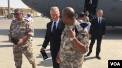 Menhan AS Jim Mattis (tengah) ketika tiba di Pangkalan Udara Al Udeid, Qatar hari Kamis (28/9).