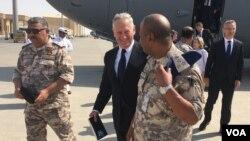U.S. Defense Secretary Jim Mattis arrives at Al-Udeid Air Base in Qatar on an unannounced visit, Sept. 28, 2017. (Photo: W. Gallo / VOA)
