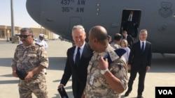 Menteri Pertahanan AS Jim Mattis tiba di Pangkalan Udara Al-Udeid, Qatar, 28 September 2017. (Foto: W. Gallo / VOA)