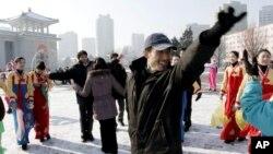 12일 북한이 로켓 발사에 성공했다고 발표한 가운데, 평양대극장 주변에서 기뻐하는 주민들.