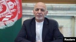 Presiden Afghanistan Ashraf Ghani berpidato dalam sebuah pesan di Kabul, Afghanistan, 14 Agustus 2021. (Foto: Istana Kepresidenan Afghanistan via Reuters)