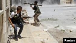 Un rebelde se dispone a disparar con un lanzagranadas a un tanque del ejército sirio en Aleppo