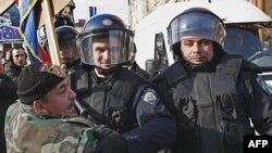 Učesnik protesta pokušava da ukloni zastavu Evropske unije sa Trga bana Jelačića