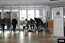 香港大学学生会举行换届选举及退联公投(美国之音海彦拍摄)