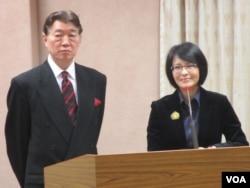 台湾驻英国代表沈吕巡(左一)12月23号在立法院接受质询(美国之音张永泰拍摄)