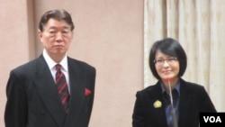 台灣駐英國代表沈呂巡(左)12月23號在立法院接受質詢(美國之音張永泰拍攝)