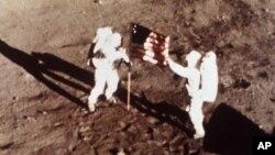 """Neil A. Armstrong e o seu colega """"Buzz"""" Aldri na lua em 20 de Julho de 1969"""