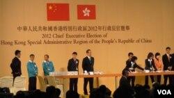 梁振英(右一)今年3月底的特首選舉以689票當選,成為歷屆得票率最低的當選人
