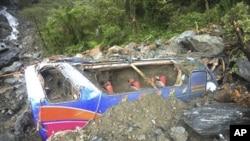 在台湾苏花公路坍方下的一辆游览车残骸