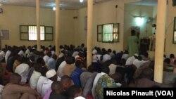 """Prière du vendredi à la mosquée """"chinoise"""", quartier Francophonie, Niamey, 4 mars 2016 (VOA/Nicolas Pinault)"""