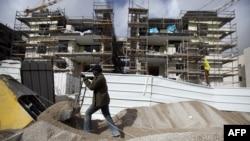 Seorang pekerja konstruksi menyelesaikan pembangunan permukiman Gilo di Yerusalem timur (20 Desember 2012). Netanyahu dilaporkan menghentikan izin bagi permukiman baru di Tepi Barat.