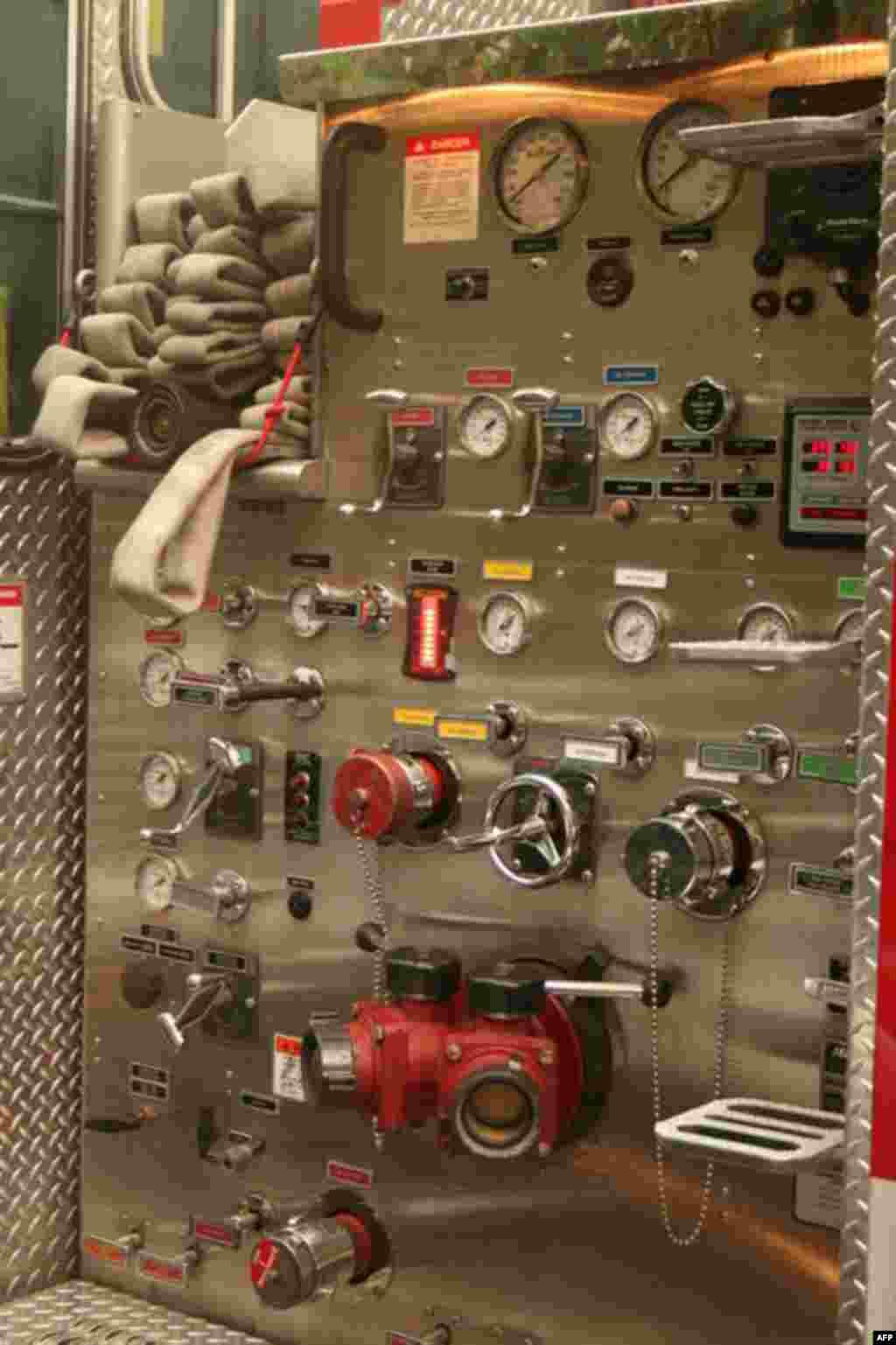 На панели управления – многочисленные вентили, манометры и краны