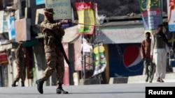 Binh sĩ Pakistan tuần tra trên đường phố ở Rawalpindi.