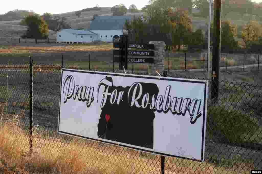 """Một tấm bảng với dòng chữ """"Hãy cầu nguyện cho Roseburg"""" bên ngoài trường Cao đẳng Cộng đồng Umpqua ở thành phố Roseburg, bang Oregon. Cảnh sát Oregon điều tra vụ thảm sát hôm thứ Năm làm thiệt mạng 9 người đã có một quyết định bất thường là không công khai xác định danh tính của nghi phạm để không đánh bóng tên tuổi hay động cơ của tay súng."""