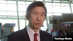 한국의 윤병세 외교장관이 스위스 제네바에서 열리는 유엔 인권이사회 참석을 위해 26일 인천공항을 통해 출국하기 직전 기자들과 이야기하고 있다.