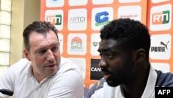 Le coach belge de la Côte d'Ivoire, Marc Wilonts, à gauche, et son adjoint Kolo Touré, lors d'un point de presse à Abidjan, 7 novembre 2017. AFP PHOTO / ISSOUF SANOGO Format: JPG
