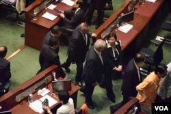 30多位建制派立法會議員在表決港府政改方案時突然離開會議廳。(美國之音湯惠芸)