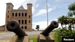 De vieux canons à l'entrée du Palais de la Reine, aussi appelé Manjakamiadana Rova dans la capitale de Madagascar Antananarivo 19 décembre 2013. REUTERS / Thomas Mukoya