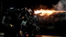 Polisi menembakkan gas air mata ke arah para pengunjuk rasa dalam demonstrasi menolak hasil pilpres di Tanah Abang, Jakarta, 22 Mei 2019. (Foto: Antara via Reuters)