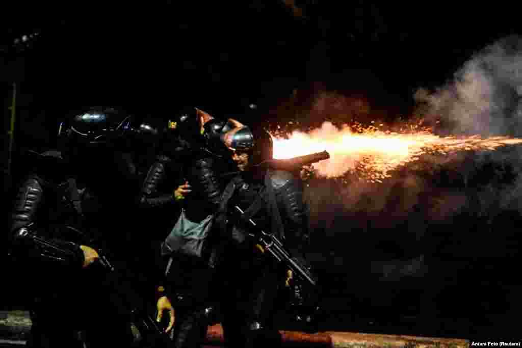 Namoyishchilarga qarshi yoshlantiruvchi gaz qo'llanilmoqda. Jakarta, Indoneziya.