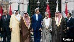 Menlu AS John Kerry (tengah) setelah pertemuan dengan Menlu negara Arab di Jeddah, Arab Saudi (11/9).