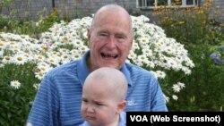 Джордж Буш побрил голову, чтобы поддержать Патрика, больного лейкемией.
