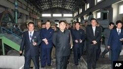 평안북도 소재 기계공장을 시찰하는 북한 김정은(사진중앙) 국방위원회 제1위원장