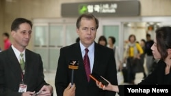 18일 서울을 방문한 글린 데이비스 미국 국무부 대북정책특별대표(가운데).