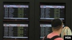 Papan pengumuman di bandara Sydney menyatakan pembatalan penerbangan Qantas ke seluruh dunia akhir pekan ini, terkait mogok kerja karyawannya (30/10).