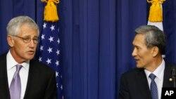 10月2號正在南韓訪問的美國國防部長哈格爾(左)與南韓國防部長。