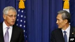방한 중인 척 헤이글 미국 국방장관(왼쪽)과 김관진 한국 국방장관이 2일 제45차 미한 안보협의회 회의에 이어서 열린 공동기자회견에서 회의 결과를 설명하고 있다.