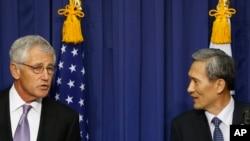 지난해 10월 한국을 방문한 척 헤이글 미국 국방장관(왼쪽)이 김관진 한국 국방장관과 공동기자회견을 열고 제45차 미한 안보협의회 회의 결과를 설명하고 있다. (자료사진)