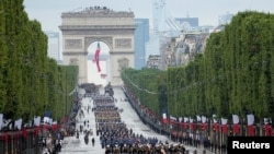 Jeshi likipita katika mtaa wa Champs-Elysees wakati wa Siku ya gwaride la Bastille, Paris, France, Julai 14, 2021.