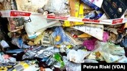 Sampah kertas bercampur sampah plastik pada kontainer impor kertas bekas dari Australia di Pelabuhan Tanjung Perak Surabaya. (Foto: Petrus Riski/VOA).