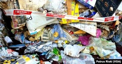 Ilustrasi. Sampah kertas bercampur sampah plastik. (Foto: Petrus Riski/VOA).