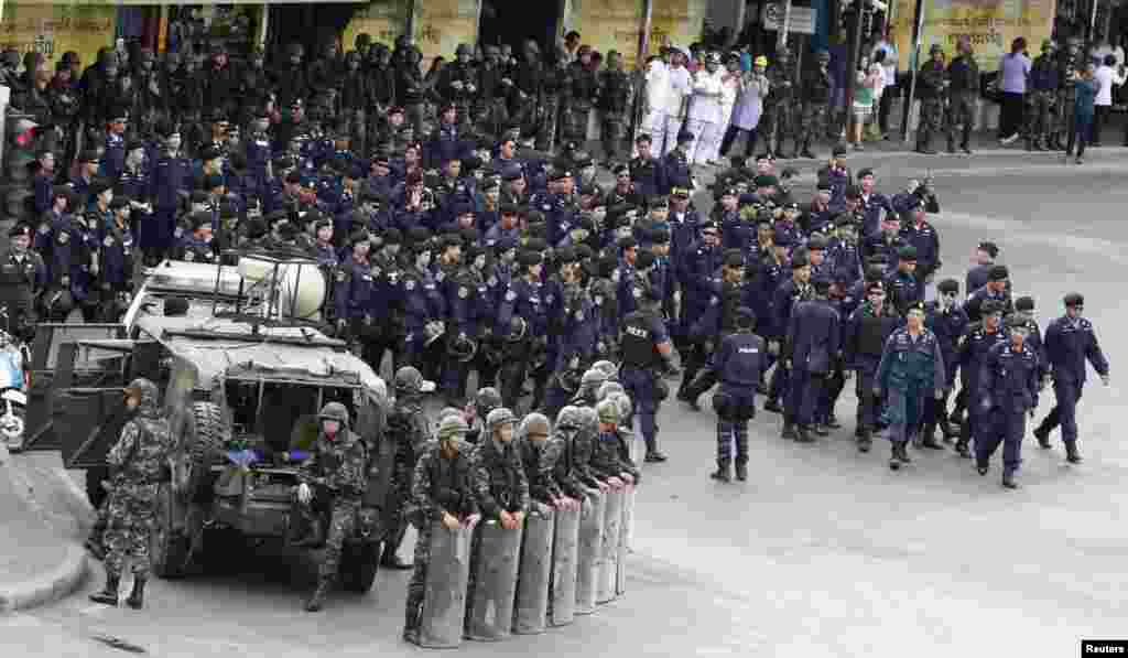 Soldiers and police guard the Victory Monument, after anti-coup protesters were forbidden to gather there, Bangkok, May 29, 2014.