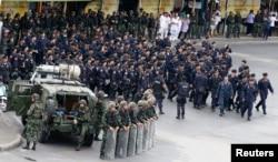 Binh lính và cảnh sát đứng gác tại Tượng đài Chiến thắng sau khi những người phản đối bị cấm tập trung trước đó