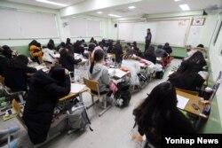 한국에서 지진으로 대학수학능력시험이 일주일 연기된 16일 대전의 한 고등학교 3학년 수험생들이 학교에 나와 자습을 하고 있다.