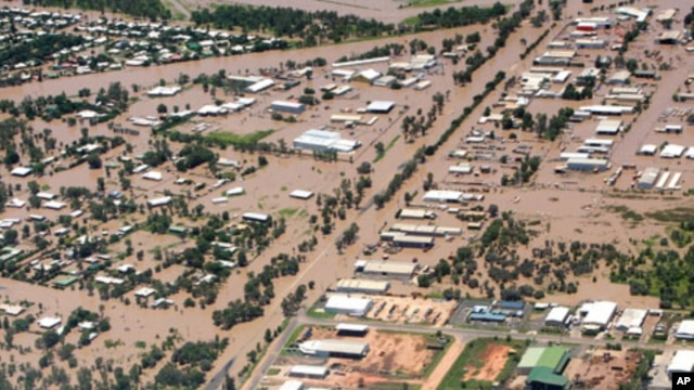An aerial view shows properties and houses inundated by floodwaters in the Queensland town of Emerald, 900 km (560 miles) north-west of Brisbane, 31 Dec 2010