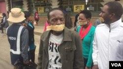Intathelizindaba ezitshengisele ngoLwesihlanu enkambeni yamapholisa.