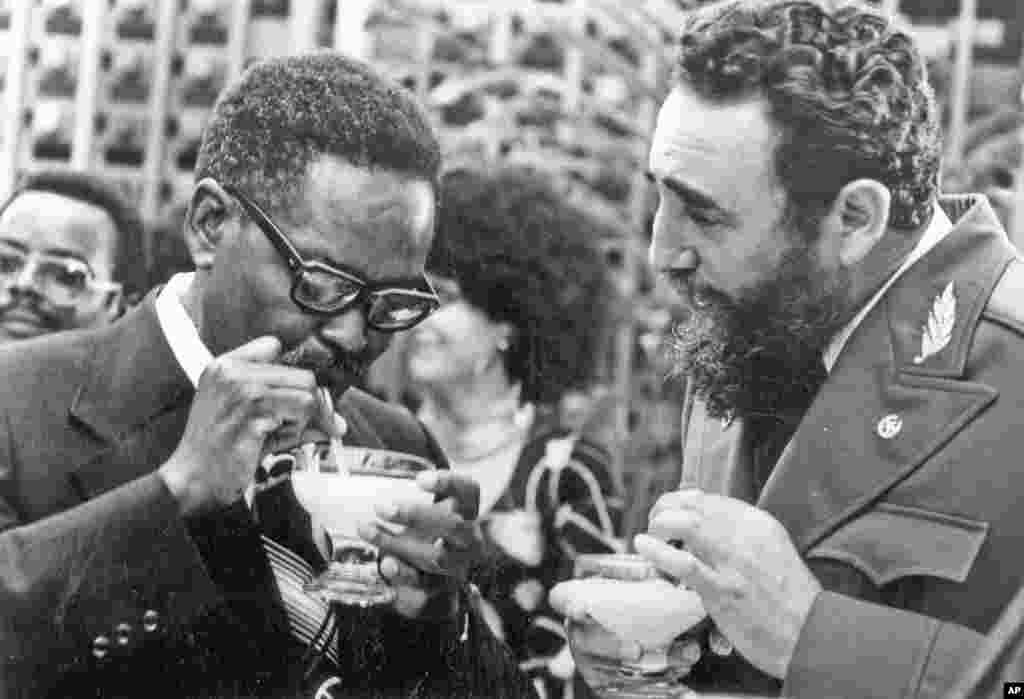 Fidel Castro mostra ao líder do MPLA Agostinho Neto como beber um daikiri em Julho de 1976