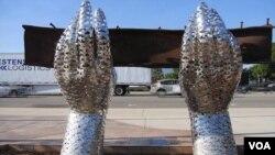用2976個飛翔的小鳥造型的雙手舉起鋼樑的雕塑。這個數字和9/11恐怖攻擊事件直接死亡的人數相對應。(視頻截圖)