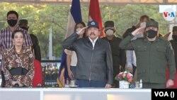 Rosario Murillo, a la izquierda, junto al presidente nicaragüense, Daniel Ortega, y el jefe del Ejército, Julio César Avilés. [Foto de archivo]