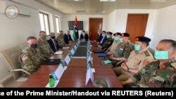 Le chef du GNA Fayez al-Serraj rencontre l'ambassadeur américain en Libye, Richard Norland, et le chef du Commandement américain pour l'Afrique (AFRICOM), le général Stephen Townsend, à Zuwara, en Libye, le 22 juin 2020. (Office of the Prime Minister/Handout via REUTERS)