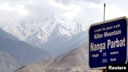 Salju menyelimuti gunung Nanga Parbat, Himalaya, salah satu dari sembilan puncak tertinggi di dunia di utara Pakistan (Foto: dok). Sembilan pendaki gunung dan pemandu wisata tewas diserang sekelompok bersenjata di posko perkemahan gunung ini, Minggu dini hari (23/6).
